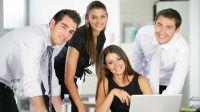 Portrait de groupe de commerciaux en réunion au bureau